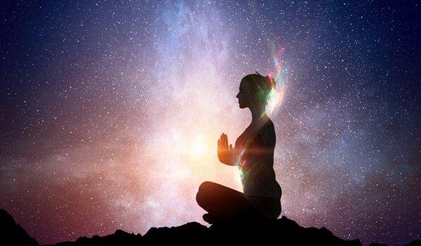 mujer-meditando-ante-universo